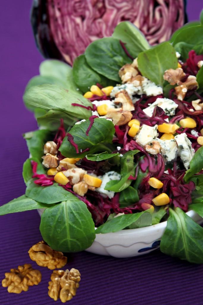 Feldsalat mit Rotkohl und Blauschimmel